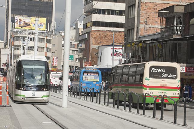 Con cierre de vía, obras de tranvía llegan a la Avenida Oriental